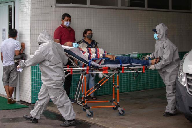 Un patient atteint du Covid-19 est transporté à l'entrée de l'hôpital public Vinte Oito de Agosto, à Manaus, au Brésil, le 4 janvier 202.