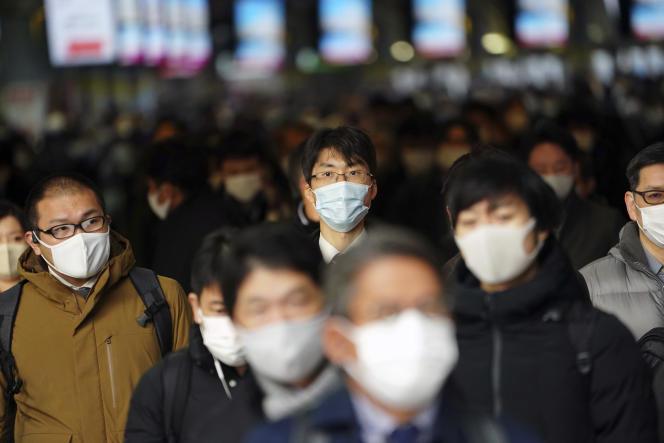 Passants masqués dans une gare de Tokyo, Japon, le 4 janvier.