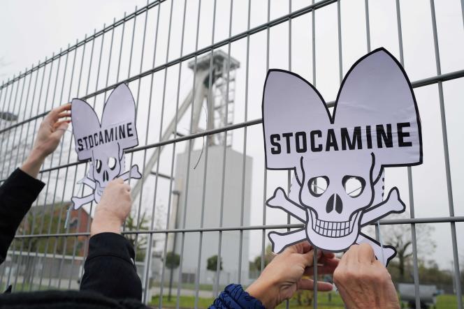 Des manifestants attachent des têtes de mort coiffées à l'alsacienne sur les grilles du site Stocamine de Wittelsheim, en novembre 2019.
