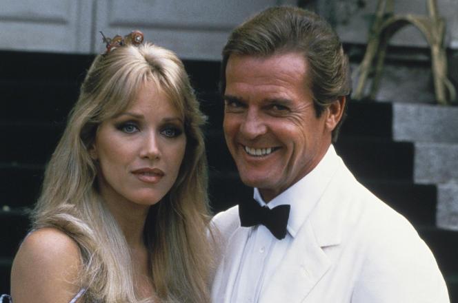 Tanya Roberts et Roger Moore sur le tournage du James Bond «Dangereusement vôtre», au château de Chantilly, dans l'Oise, en août 1984.