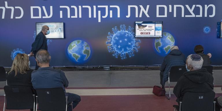 Israël a lancé au pas de course la vaccination contre le Covid-19