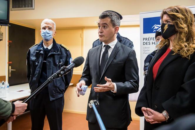 Le ministre de l'intérieur Gérald Darmanin entouré du préfet de police de Paris, Didier Lallement, et de la ministre déléguée chargée de la citoyenneté, Marlène Schiappa, le 31décembre 2020, dans un commissariat de Nanterre (Hauts-de-Seine).