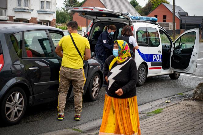 Des populations roms sous le coup d'obligations de quitter le territoire lors de leur reconduite à la frontière belge, le 25août2020.