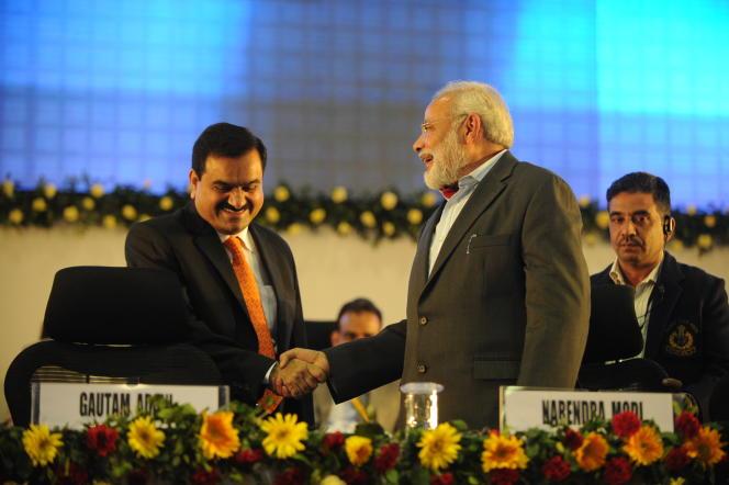 گوتام آدانی (چپ) و نارندرا مودی ، در گاندیناگر (هند) ، 13 ژانویه 2011.