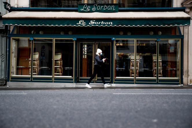 Devant la brasserie Le Sorbon, à Paris, le 5 janvier 2021.