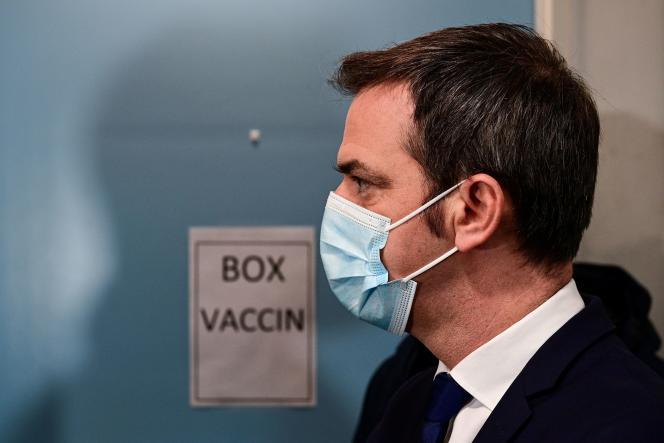 Olivier Véran, ministre de la santé, au centre de vaccination de l'Hôtel-Dieu (AP-HP), le 4 janvier.