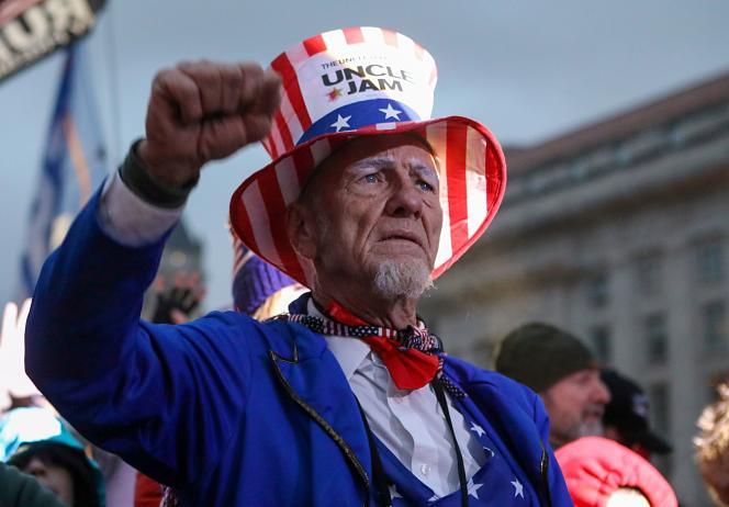 یکی از هواداران دونالد ترامپ در تظاهرات اعتراض آمیز در آزادی پلازا در واشنگتن در 5 ژانویه شرکت کرد.