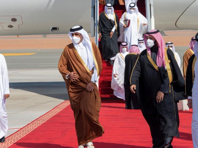 محمد بن سلمان (راست) 5 ژانویه امیر شیخ تمیم آل ثانی امیر قطر را هنگام ورود به العولا ، شمال غربی عربستان سعودی ، برای اجلاس شورای همکاری خلیج فارس تبریک می گوید (عکس تهیه شده از کاخ سلطنتی عربستان).