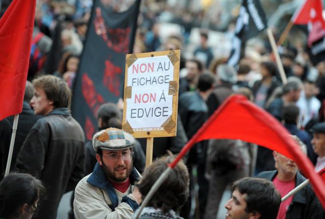Manifestation contre la mise en place du fichier de police Edvige, à Lyon, en2008.