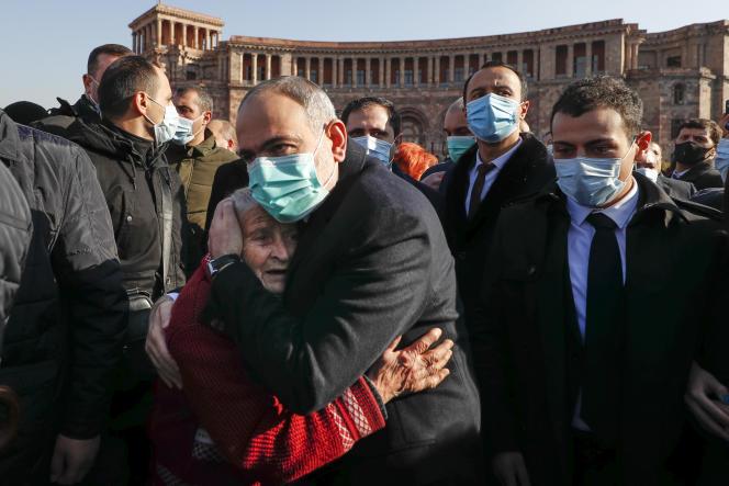 نخست وزیر ارمنستان نیکول پاشینیان زنی را در آغوش گرفت که به یاد مبارزان در قره باغ ، ایروان ، 19 دسامبر 2020 به راهپیمایی آمده بود.
