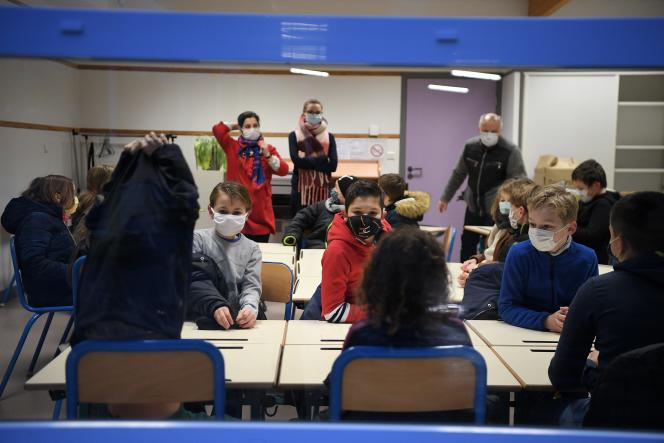 Rentrée des élèves de primaire à l'école des Deux vallées de Mortagne-du-Nord (Nord ), le 4 janvier.