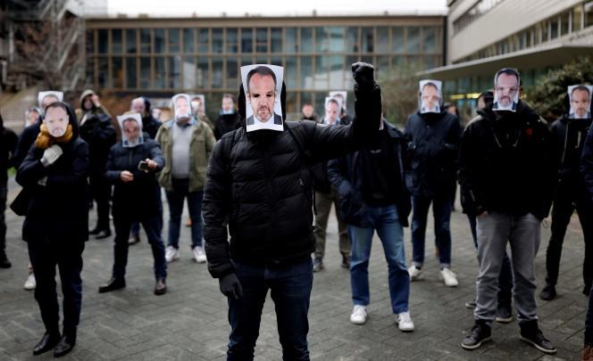 Les manifestants, principalement issus de la rédaction des sports, se sont rassemblés une dizaine de minutes devant les locaux de la chaîne cryptée