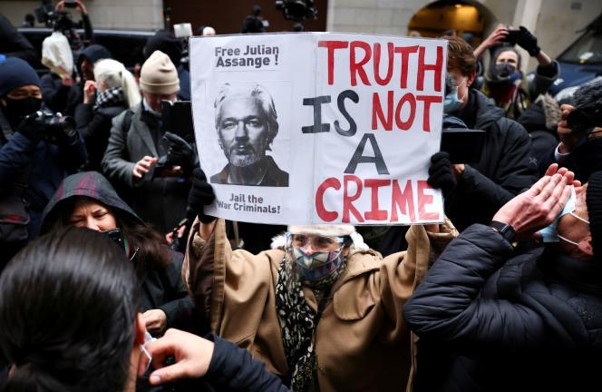 Julian Assange a été arrêté par la police britannique enavril 2019 après avoir passé sept ans reclus à l'ambassade d'Equateur à Londres, où il s'était réfugié alors qu'il était en liberté sous caution.