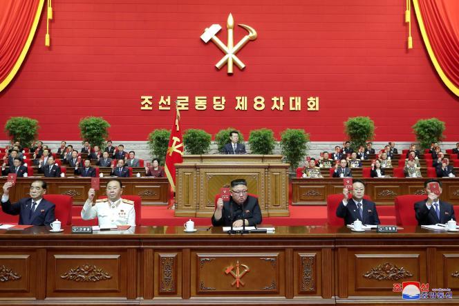 رهبر کره شمالی کیم جونگ اون هنگام افتتاحیه هشتمین کنگره حزب کارگر در 6 ژانویه در پیونگ یانگ.