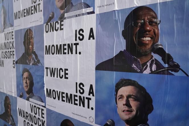 بیلبوردهای تبلیغاتی برای جان اوسوف و رافائل وارنوک ، فردای دور دوم انتخابات سنای آمریکا ، در آتلانتا ، جورجیا در 6 ژانویه 2021.