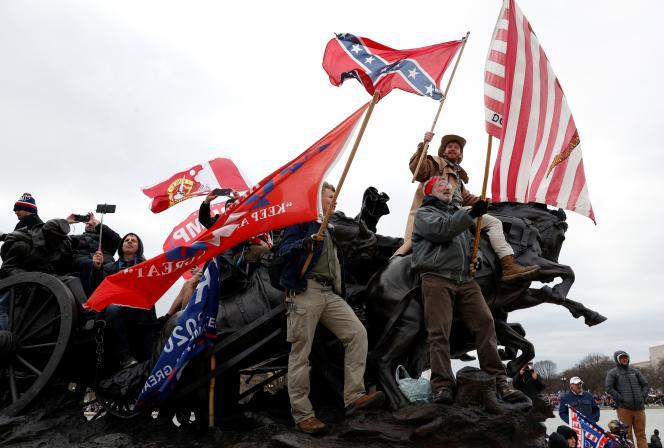 Des manifestants pro-Trump agitent des drapeaux confédérés devant le Capitole le 6 janvier à Washington DC