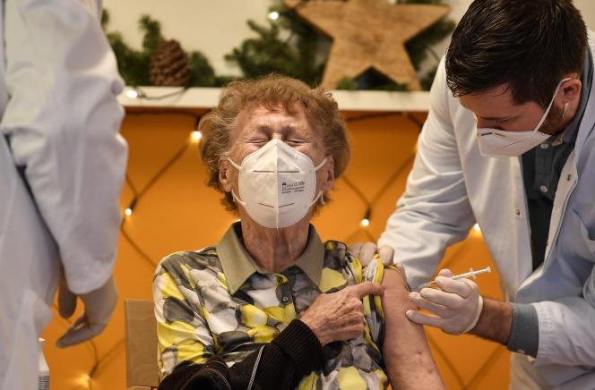 Un résident d'une maison de retraite médicalisée reçoit une injection du vaccin COVID-19 à Cologne, en Allemagne, dimanche 27 décembre 2020.