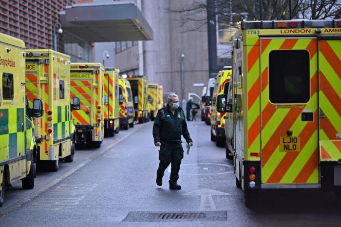 Les ambulances devant le Royal London Hospital dans l'est de Londres le 5 janvier 2021.