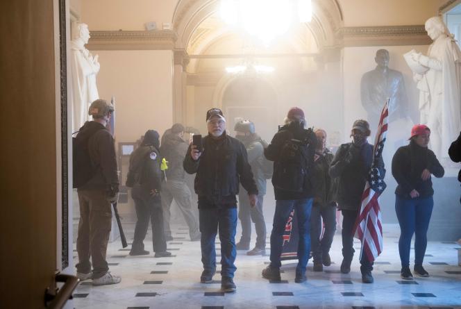 Une foule nombreuse est parvenue à entrer dans le Capitole, à Washington, mercredi 6janvier.