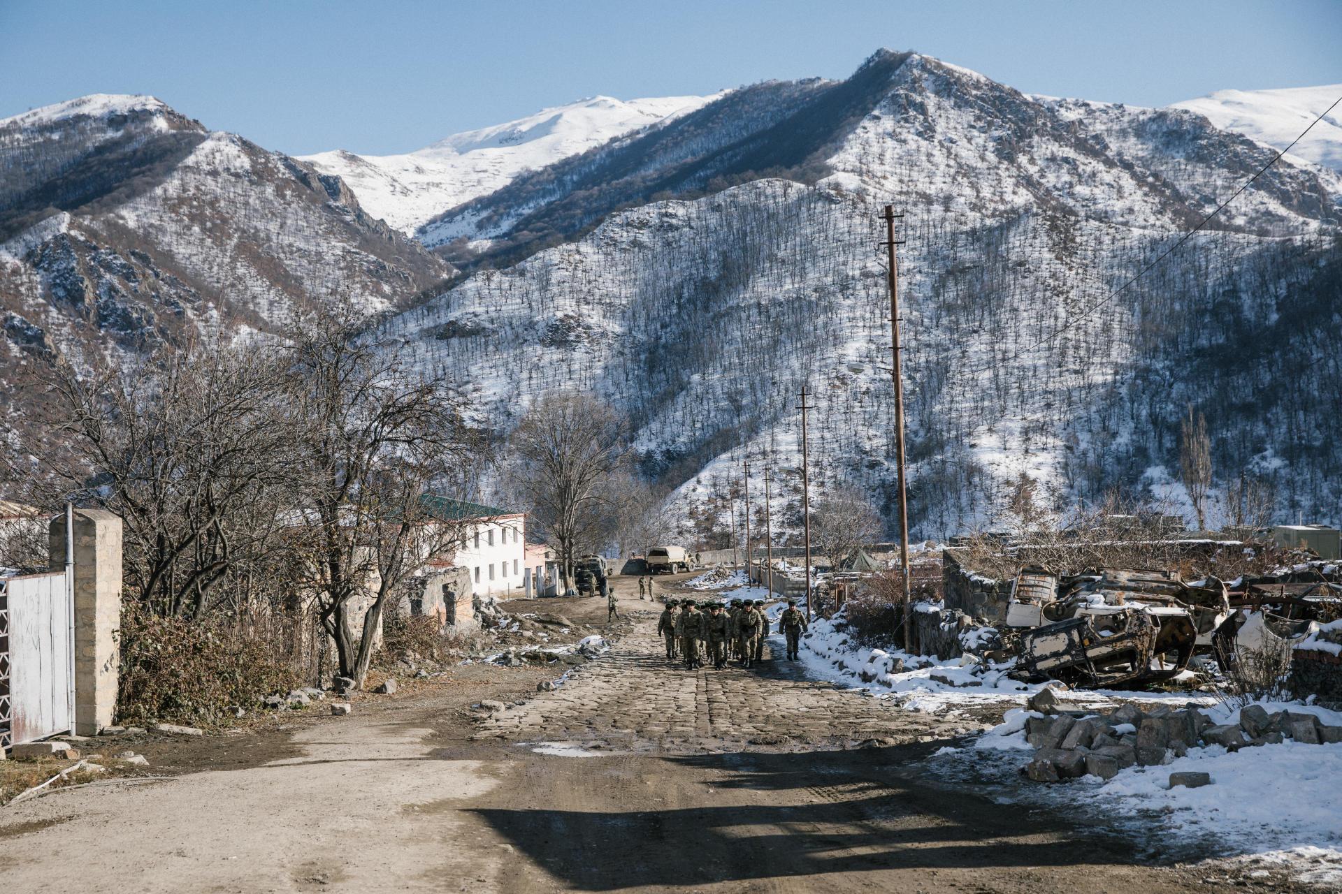 شهر کلباجار ، 21 دسامبر.  این منطقه اخیراً متعلق به ارامنه بوده است.  قبل از رفتن ، آنها گاهی خانه های خود را می سوزانند و سقف ها را تصرف می کنند.  اکنون سربازان آذربایجانی یک پایگاه نظامی در آنجا ایجاد کرده اند.