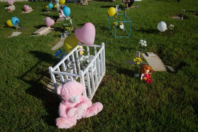 Des ballons et des jouets sur des tombes du cimetière pour enfants de Santa Cruz de Tenerife, en Espagne, le 31 octobre 2019.