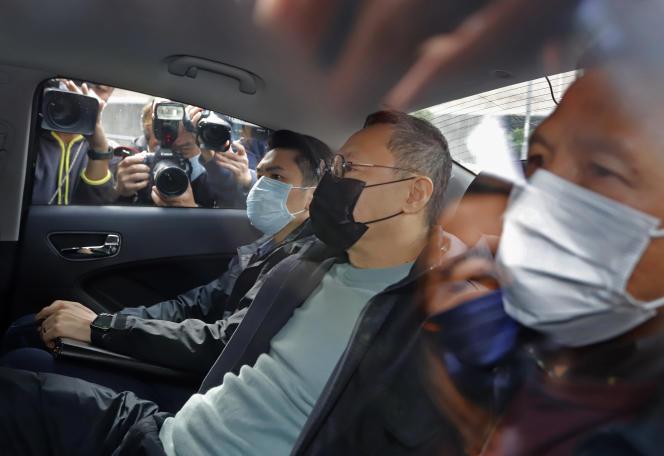 Benny Tai, figure-clé des manifestations d'Occupy Central, à Hongkong, en 2014, et également l'un des principaux organisateurs des primaires, est arrêté par la police, à Hongkong, le mercredi 6 janvier 2021.