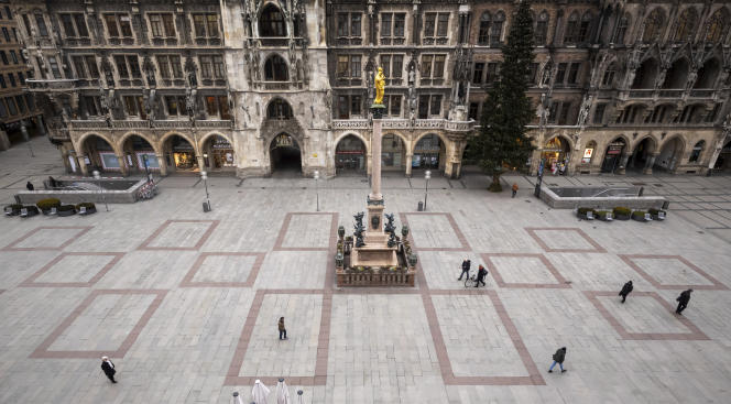 Marienplatz presque vide devant l'hôtel de ville dans le centre-ville de Munich, en Allemagne, pendant le verrouillage du mardi 5 janvier