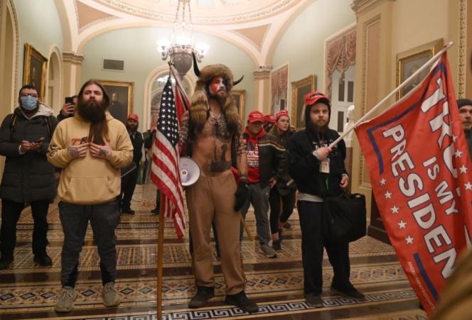 Plusieurs leaders de la tentative d'insurrection du Capitole, comme Jake Angeli et Jason Tankersley, posent devant les photographes, le 6janvier.