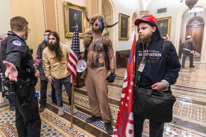 L'homme torse-nu est une figure connue de l'extrême droite américaine.