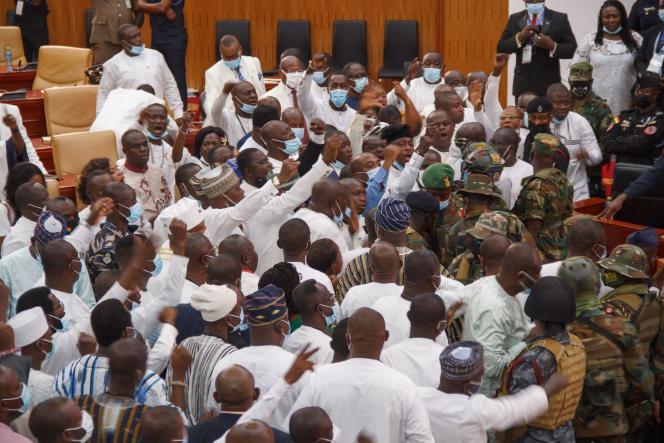 Des militaires ghanéens interviennent dans la nuit du 6 au 7 janvier au sein du Parlement, à Accra, pour réprimer un affrontement entre les élus des principaux partis politiques du pays.
