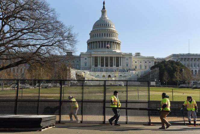 Le Capitole, à Washington (District de Columbia), se barricade au lendemain des violences du 6janvier.Accusé d'avoir attisé la colère des manifestants, Donald Trump paraît de plus en plus isolé et certains élus veulent l'écarter du pouvoir.