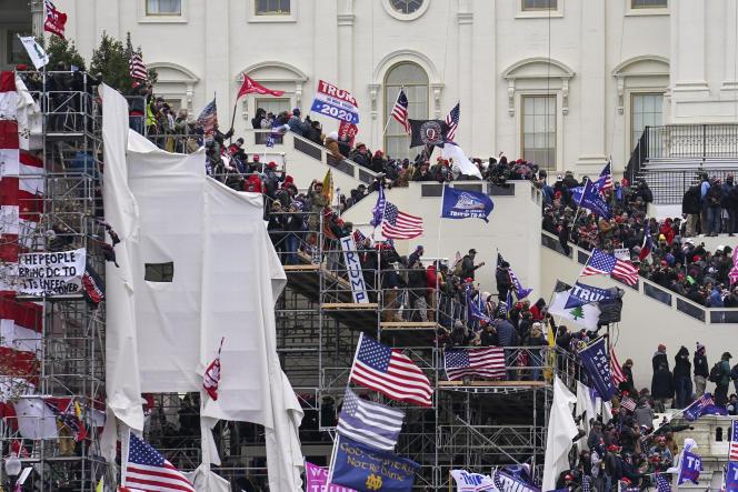 En haut sur la photo, on peut apercevoir un drapeau QAnon.