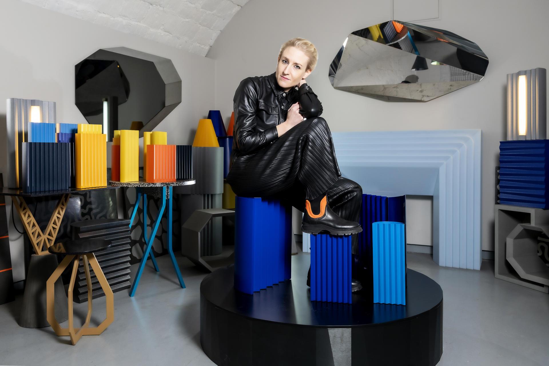 Victoria Wilmotte, assise sur un guéridon Zigzag dans son studio à Paris, en janvier.
