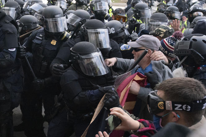 La police du Capitol lors de la confrontation avec les manifestants pro-Trump essayant de forcer l'entrée du bâtiment, à Washington, le 6 janvier.
