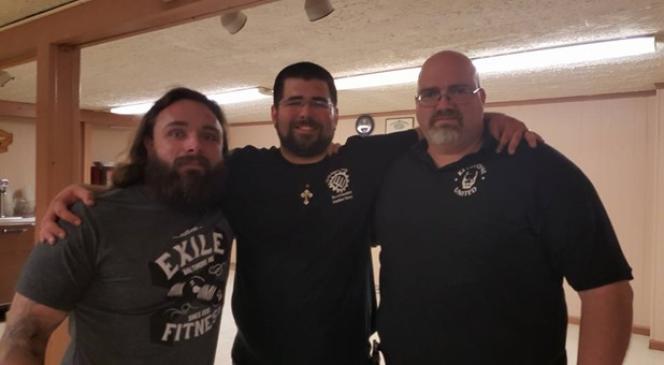 Jason Tankersley (à gauche) posant avec Matthew Heimbach (au centre), cadre d'un mouvement néonazi américain.