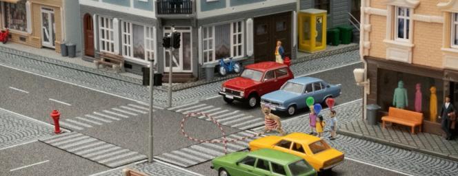 جان دیلرمند به کودکان کمک می کند تا از آلت تناسلی خود به عنوان مانع عبور کنند.
