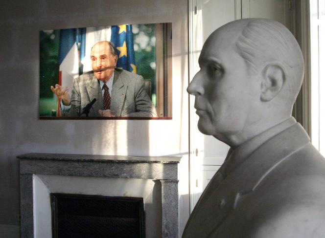 Un buste et une photographie de l'ancien président de la République Francois Mitterrand dans sa maison de Jarnac restée en l'état.