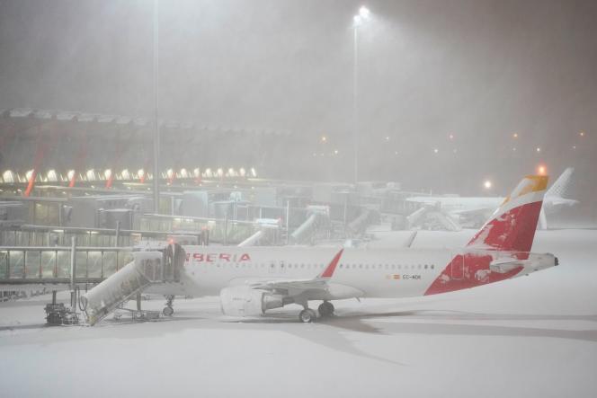 فرودگاه بین المللی آدولفو-سوارز مادرید-باراخاس ، فلج شده در برف ، 9 ژانویه 2021