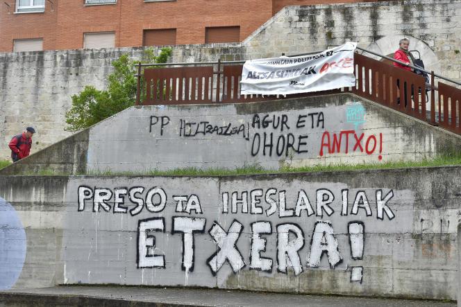 نقاشی های دیواری خواستار بازگشت زندانیان ETA به Agurein ، اسپانیا ، (سالواتیرا ، به اسپانیایی) ، در ماه مه 2018 است.