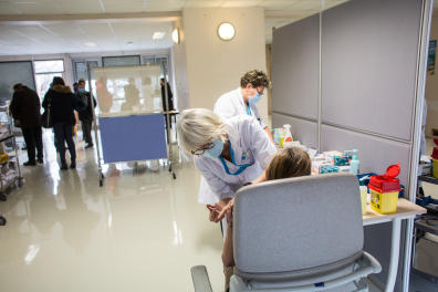 Des personnels de santé se font vacciner au CHU Grenoble Alpes, à la Tronche le 07-01-21.