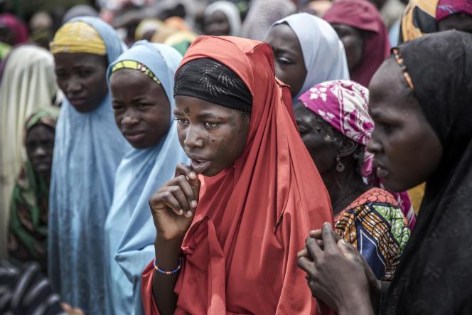 Au Niger, des femmes attendent l'arrivée d'un convoi de nourriture des Nations unies dans le village de Sabon-Machi, en août 2018.