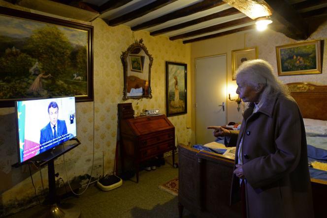 Renee Bodin, retraitée de 93 ans, regardela présentation des vœux aux Français d'Emmanuel Macron, le 31 décembre 2020.