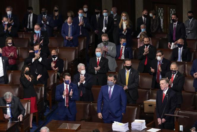 Des républicains applaudissent une objection aux résultats de l'élection présidentielle alors que d'autres s'abstiennent, au Capitole, le 6 janvier.