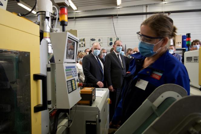 Le premier ministre, Jean Castex (au centre), en visite dans un centre de formation d'apprentis, à Besançon (Doubs), le 23 juillet 2020.