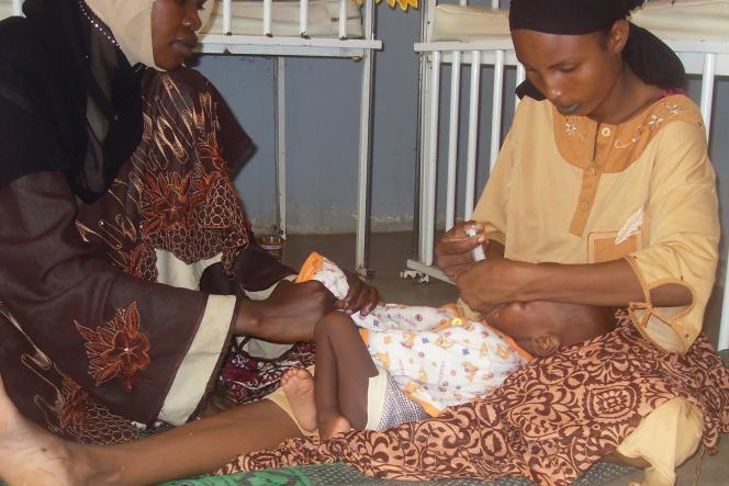 Un enfant est soigné pour malnutrition à l'hôpital de Maroua, dans le nord du Cameroun, en août 2010.