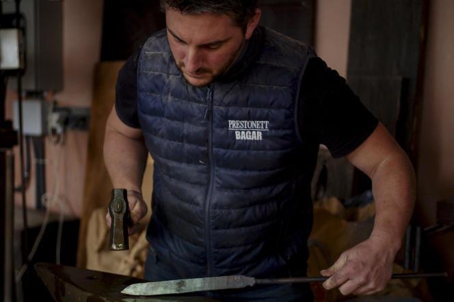 Xavier Biancarelli forge une lame dans son atelier installé à Porto-Vecchio, près de la plage de Palombaggia.