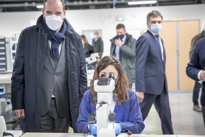 Le premier ministre, Jean Castex, dans une usine de production de l'entreprise SCT, le 9 janvier à Bazet (Hautes-Pyrénées).