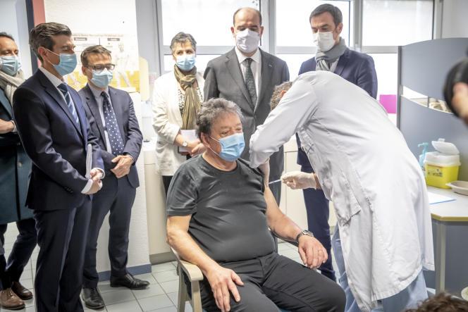 Le premier ministre, Jean Castex, et le ministre de la santé, Olivier Véran, ont inauguré un centre de vaccination contre le Covid-19 à Tarbes, samedi 9 janvier.