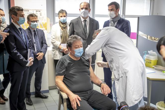 Le premier ministre, Jean Castex, et le ministre de la santé, Olivier Véran, au centre de vaccination contre le Covid-19 de Tarbes (Hautes-Pyrénées), le 9 janvier.