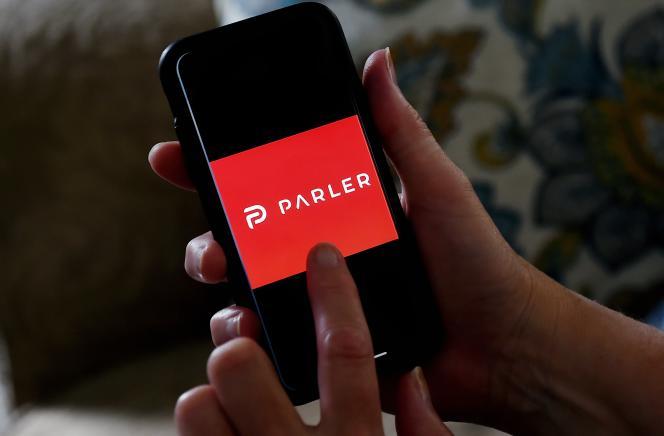 L'application Parler utilisée sur un smartphone à Arlington, en Virginie.